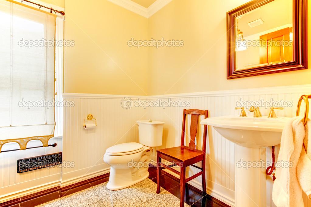 einfache alte antike Badezimmer mit Stuhl — Stockfoto © iriana88w ...