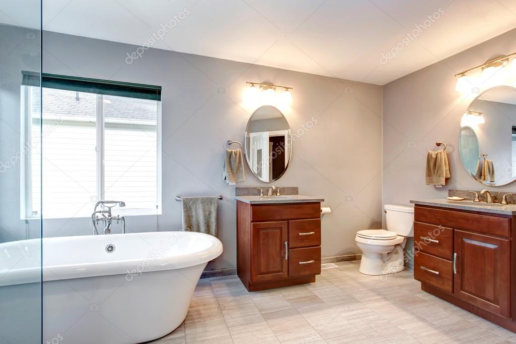 mooie grijze nieuwe luxe moderne badkamer interieur — Stockfoto ...