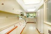Bílé jednoduché staré kuchyně interiér v americké historickém domě