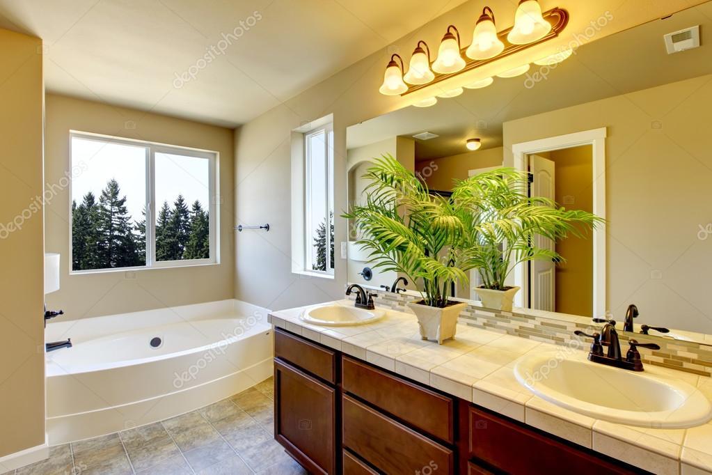 nueva casa cuarto de baño con ducha y bañera — Foto de stock ...