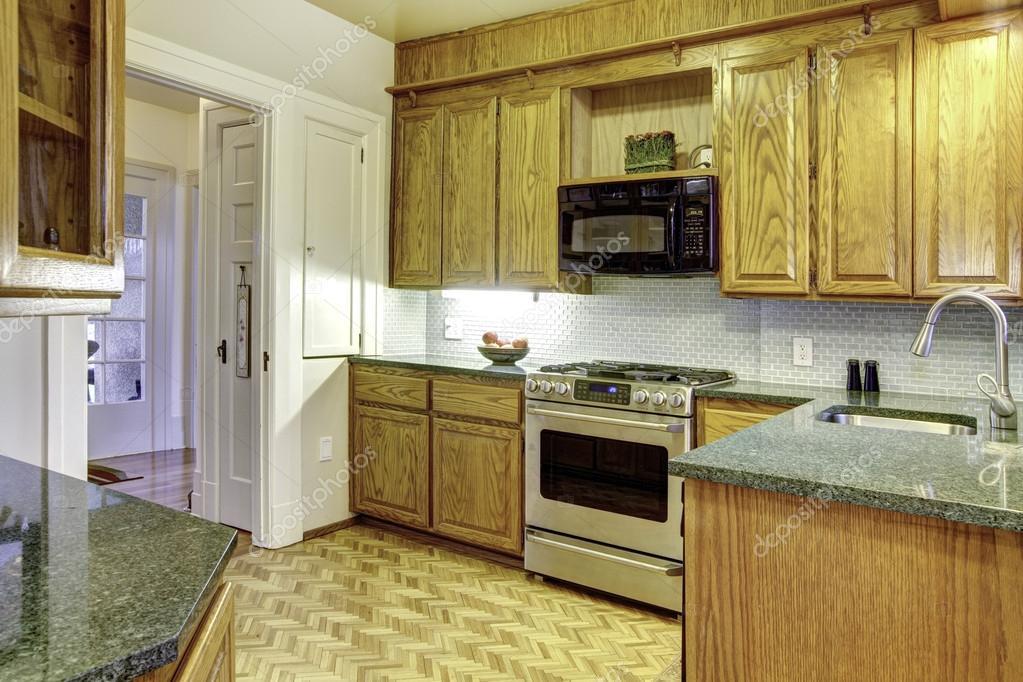 Klassische küche kiefer  kleine gemütliche Küche — Stockfoto © iriana88w #38925821