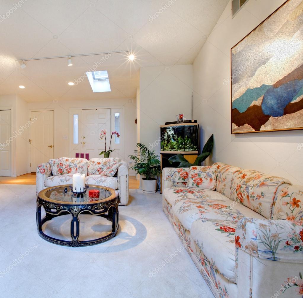 Großes Modernes Wohnzimmer Mit Kamin Und Floral Sofa Und Sessel U2014 Foto Von  Iriana88w