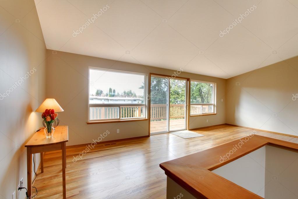 lege woonkamer met een glazen schuifdeur — Stockfoto © iriana88w ...