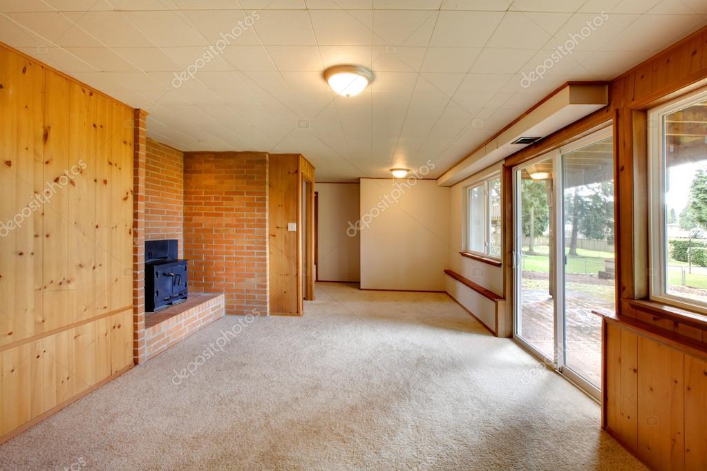vuoto soggiorno con pareti divisorie in legno e camino in ghisa ...