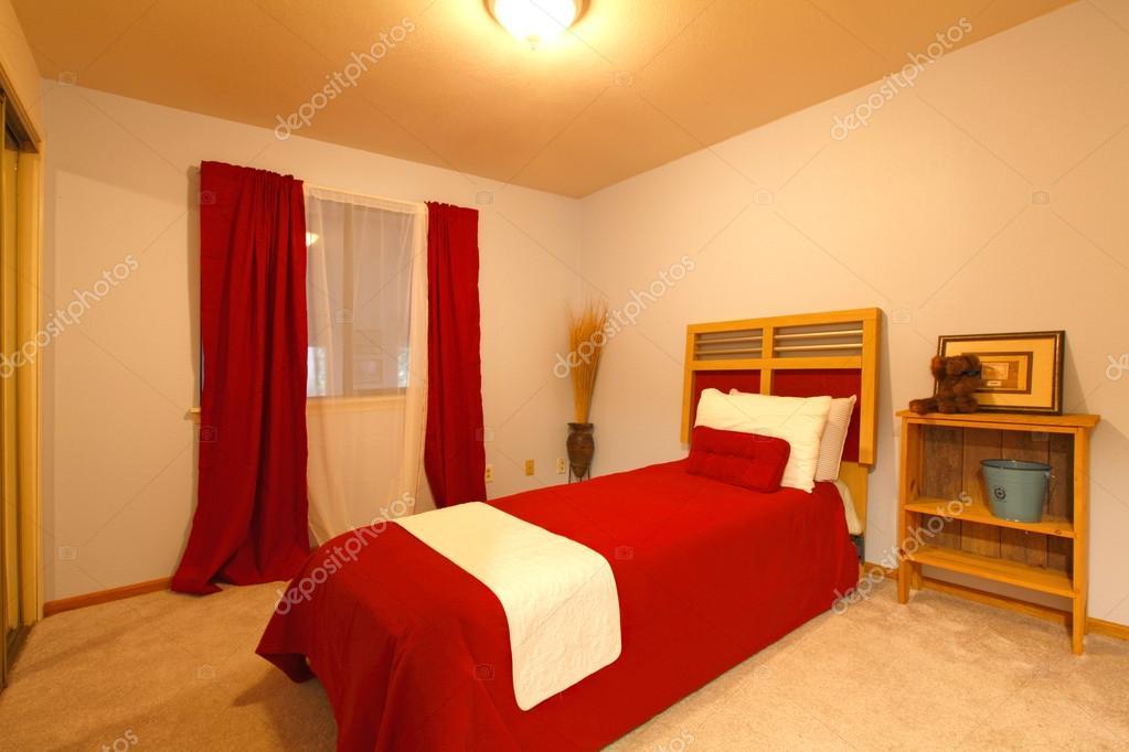 Camera da letto piccola calda. stile Country — Foto Stock ...