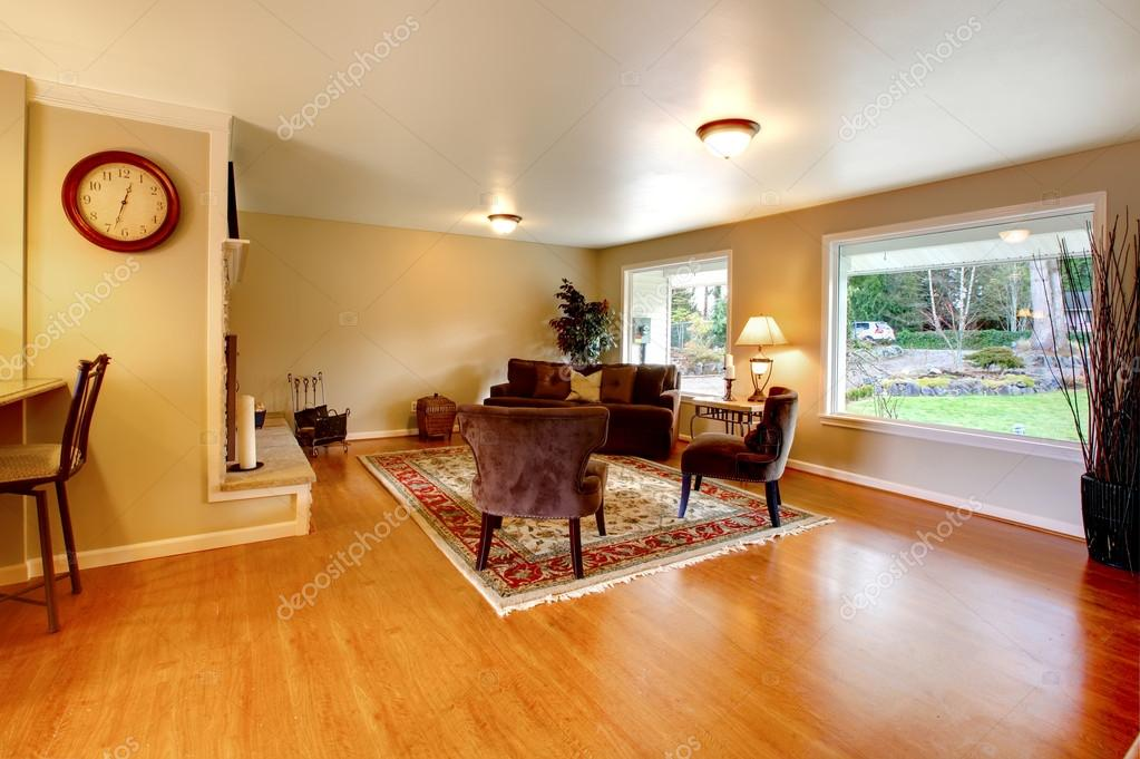 couleur chaude élégant salon avec grandes fenêtres — Photographie ...