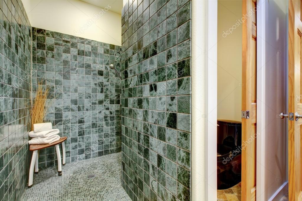 Soluzione doccia grande pareti e pavimento di piastrelle verde