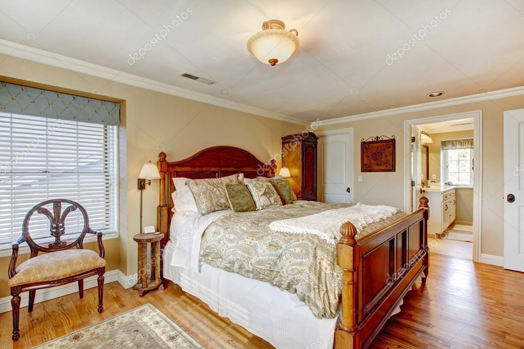 Camera Da Letto Rustico : Grande camera da letto dallarredamento rustico u2014 foto stock