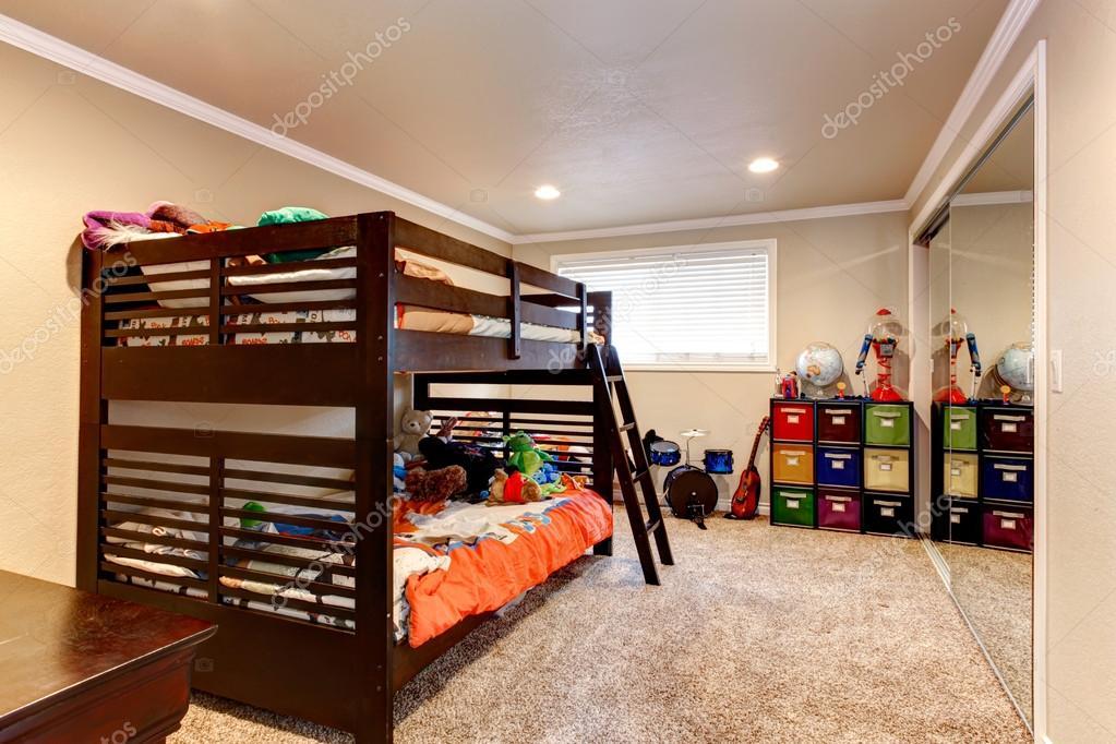 Charmante jonge volwassen kamer met twee niveau bed u stockfoto