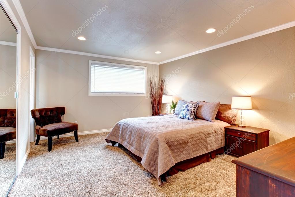 ingerichte slaapkamer met grijze muren en het plafond het verfraaien met droge takken foto van iriana88w