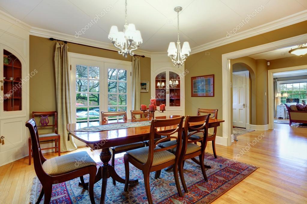 elegante sala da pranzo arredata con tavolo da pranzo rustico in legno se — Foto Stock ...