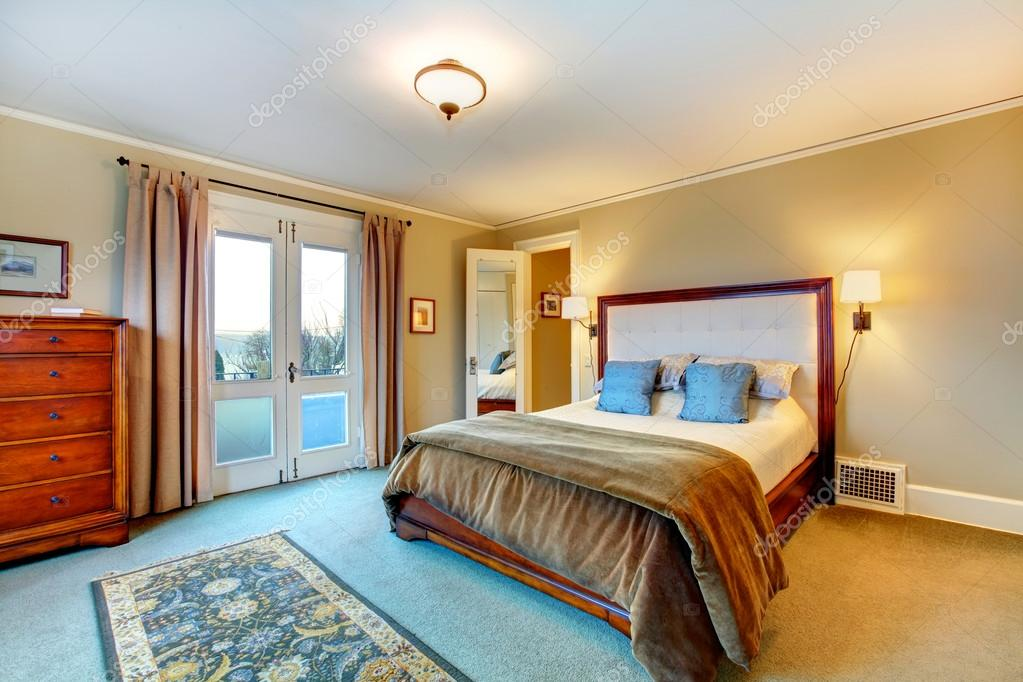 Elegante warme kleuren ingerichte slaapkamer u stockfoto
