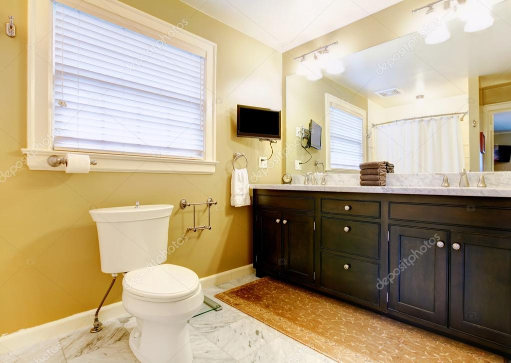 moderne badkamer met tv — Stockfoto © iriana88w #39665627