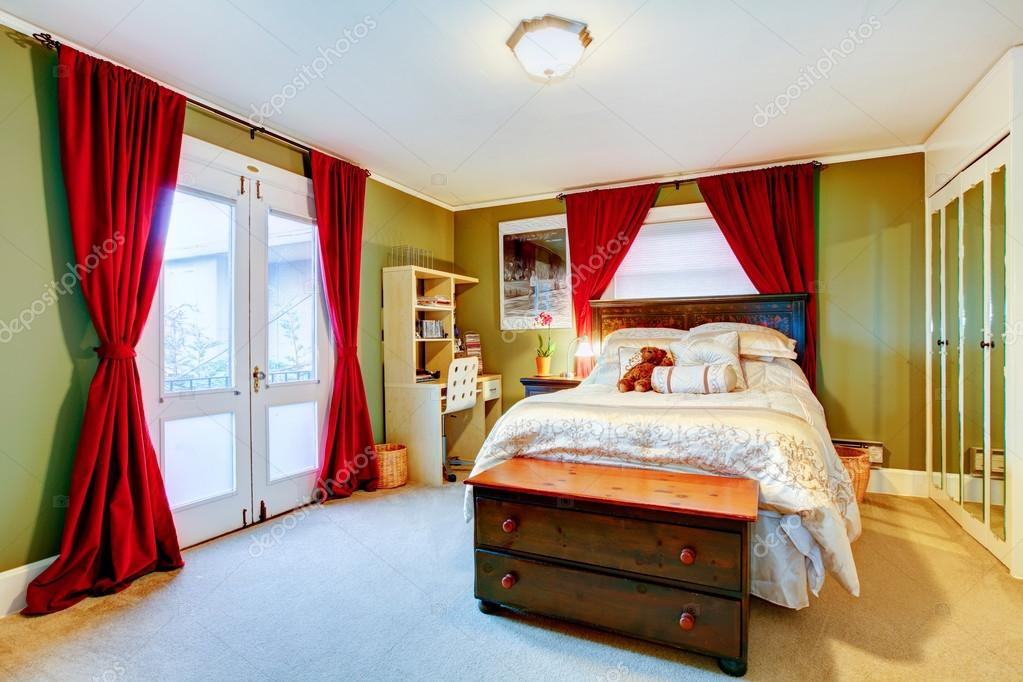 Groene en rode gezellige jonge volwassen kamer u stockfoto