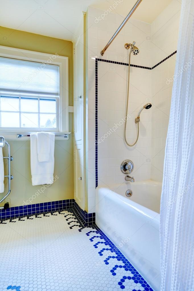 Bagno luminoso giallo e bianco con pavimento di piastrelle blu foto stock iriana88w 39665745 - Stock piastrelle bagno ...