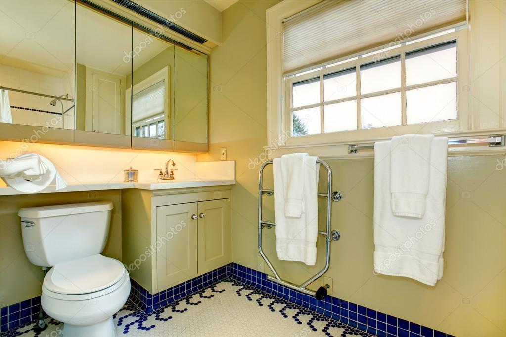 salle de bains lumineuse jaune avec carrelage bleu — Photographie ...