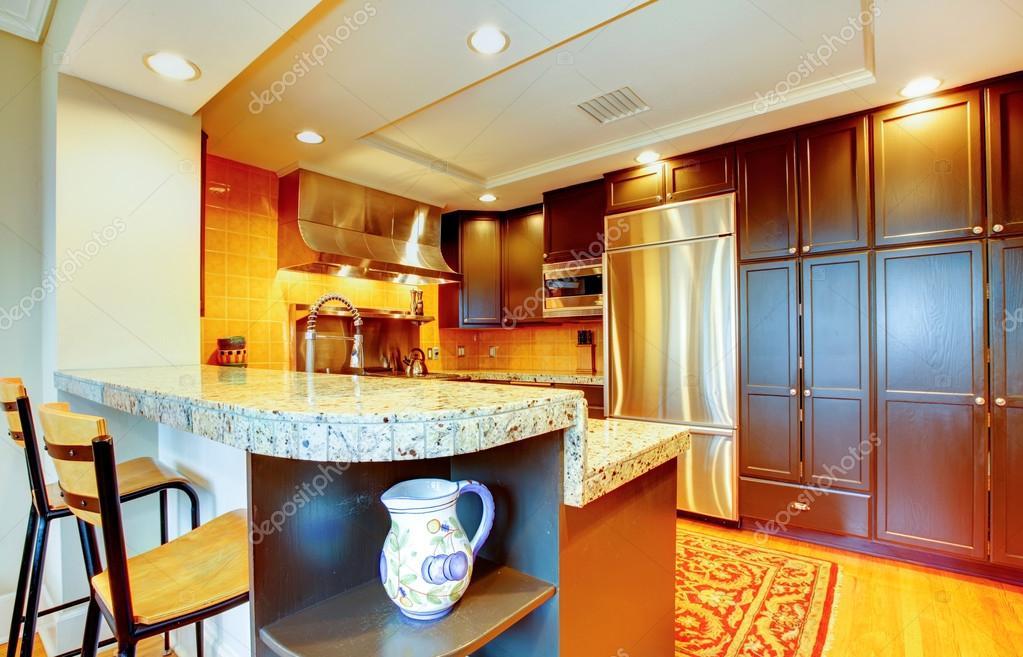 glänzende Küche mit schwarzen Holz Schränke und Stahl — Stockfoto ...