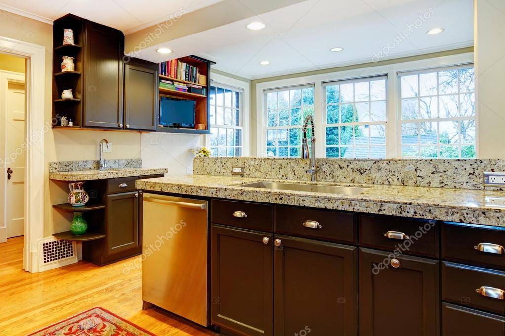 Küchendesign. schwarz Holz Schränke, Marmor Zähler oben — Stockfoto ...