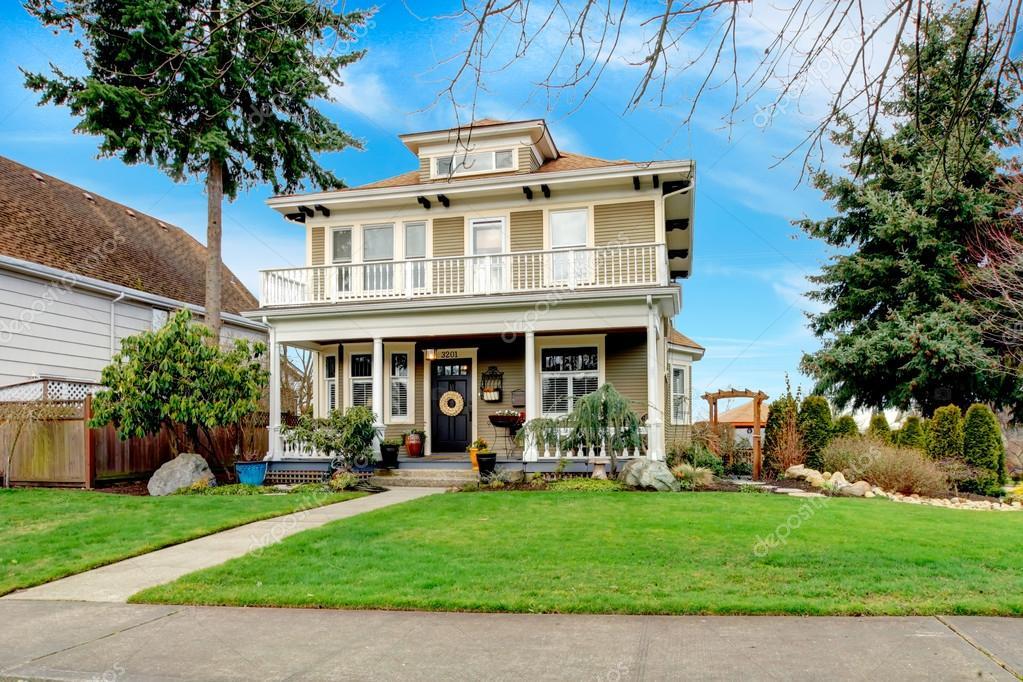 Zwei Amerikanische Haus Mit Weissen Spalte Veranda Stockfoto