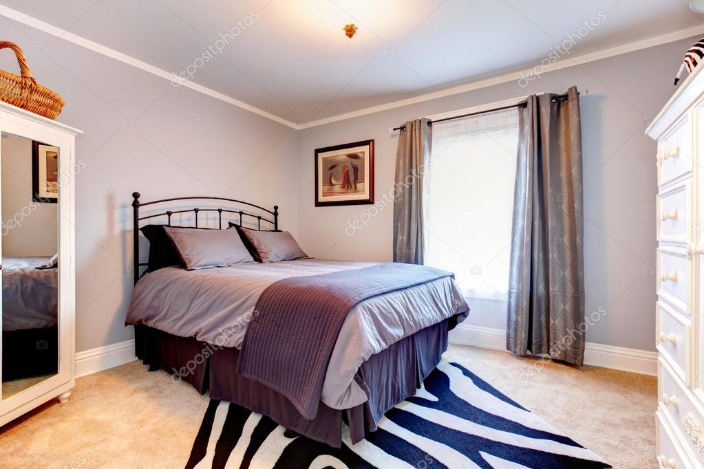 lavendel slaapkamer met witte kleren kasten stockfoto