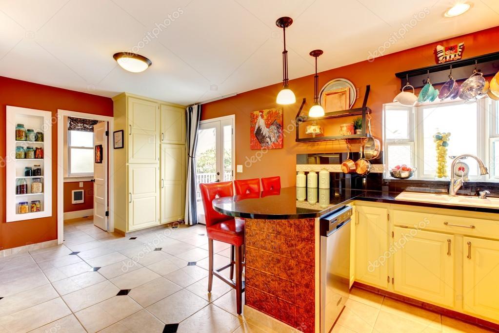 Warme kleuren gezellige keuken kamer u stockfoto iriana w
