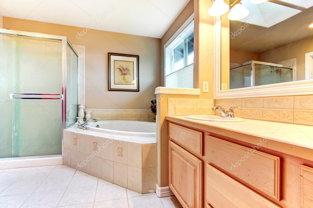 Badkamer met licht hout kasten glazen douche en b vernieuwen