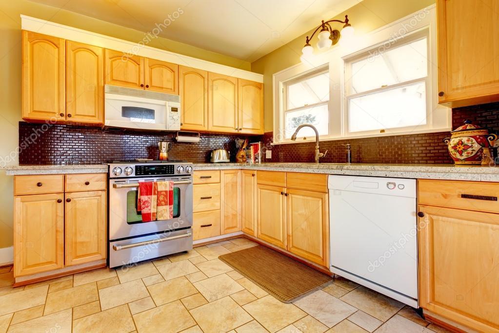 cocina de madera de tonos claros con diseño de tablero de ladrillo ...