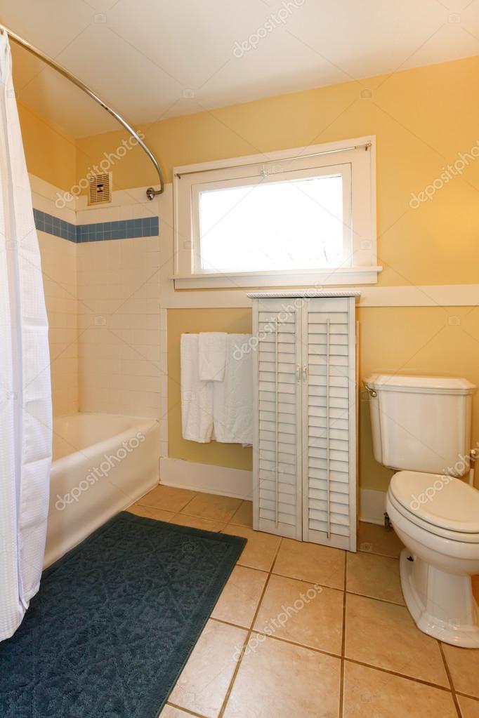 Salle de bain confortable jaune et beige — Photographie iriana88w ...