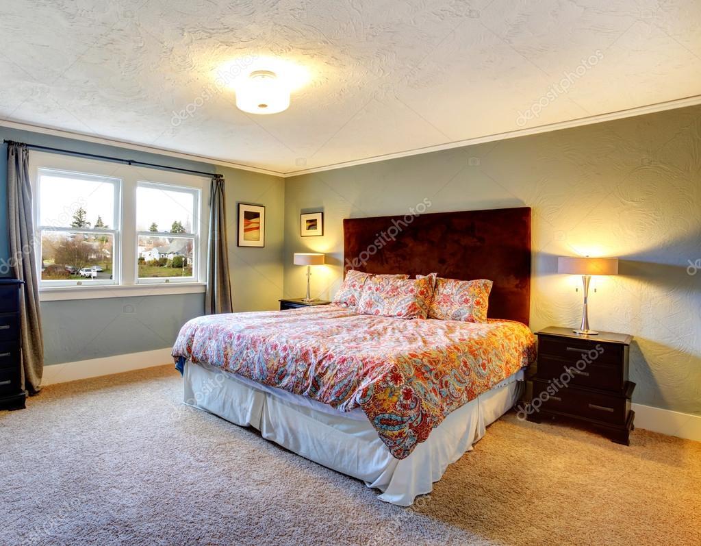 Licht blau eingerichtete Schlafzimmer mit Teppichboden — Stockfoto ...
