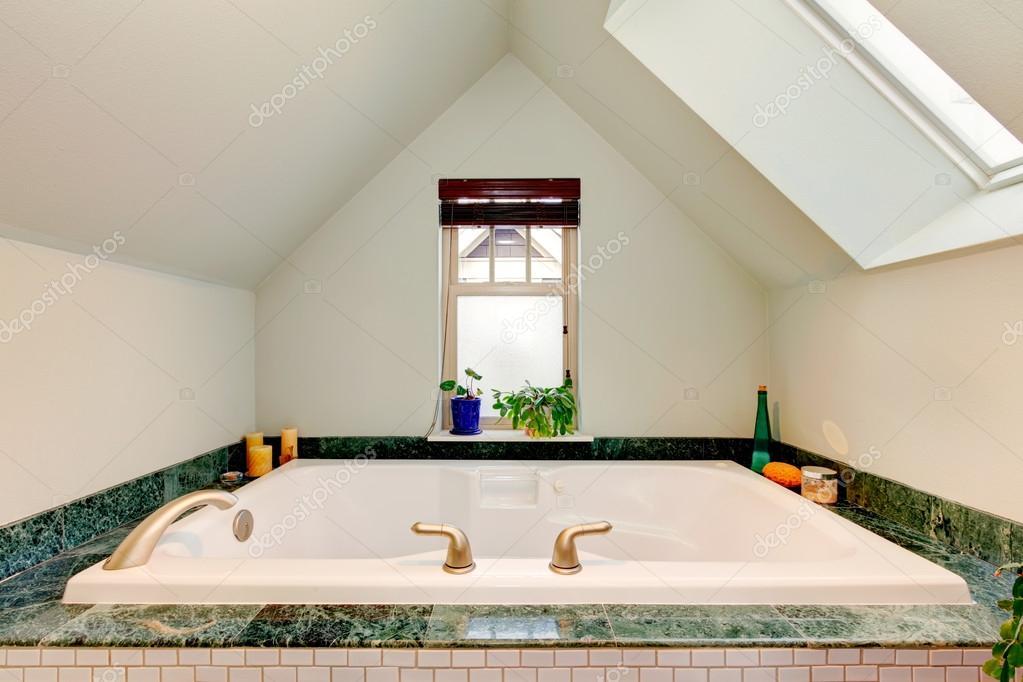 Whirlpool Kleine Badkamer : Verfrissende prachtige badkamer met grote whirlpool u stockfoto