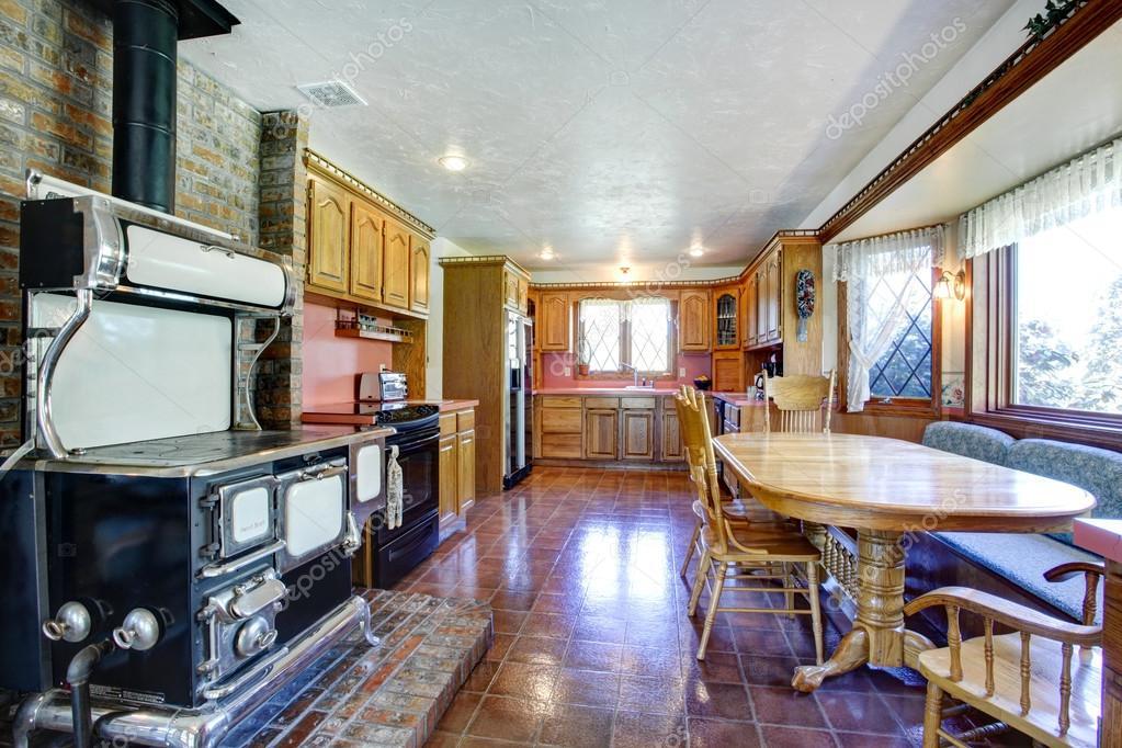 Imponente casa colonica cucina sala con stufa antica for Disegni casa colonica