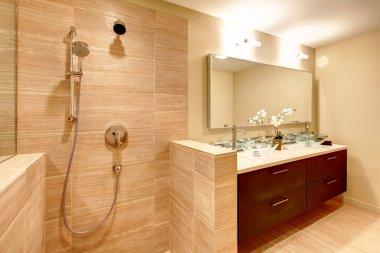 Elegant warm tones bathroom