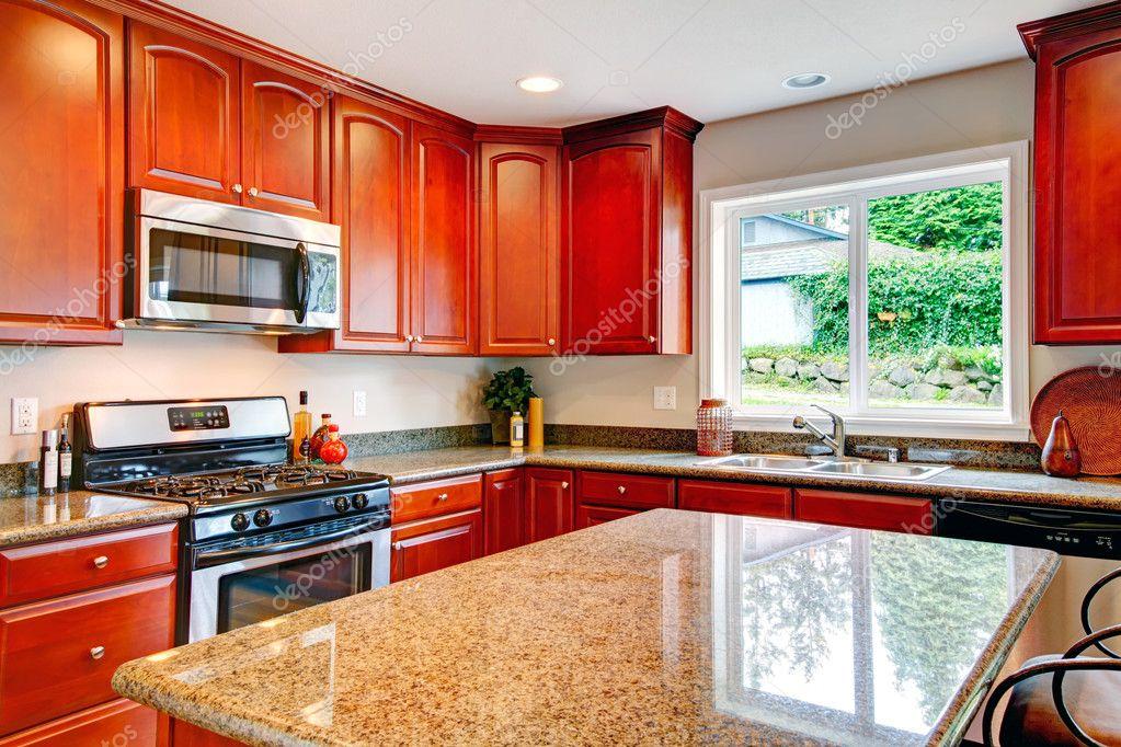 sala de cocina luminosa con combinación de almacenamiento de madera ...