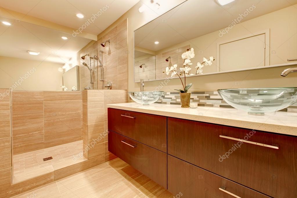 Elegante bagno con vaso di vetro affonda u2014 foto stock © iriana88w