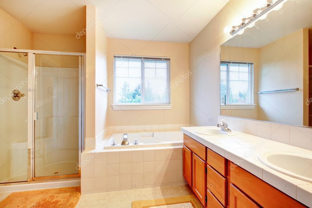 mooie zachte tinten badkamer met douche en een bubbelbad — Stockfoto ...