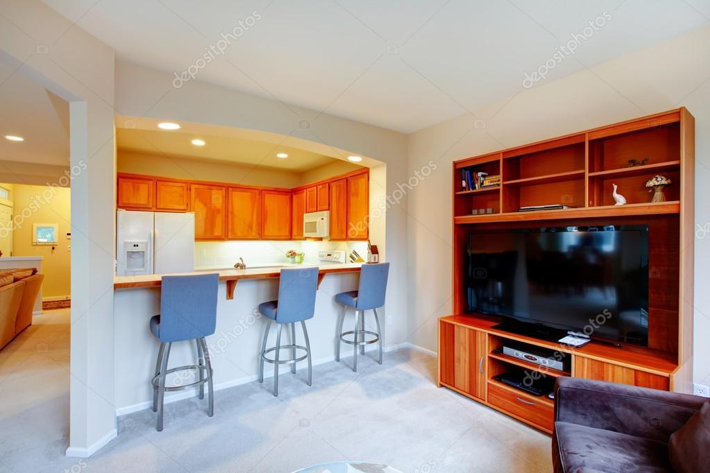 gran diseño para casa con una pared abierta entre la cocina y li ...