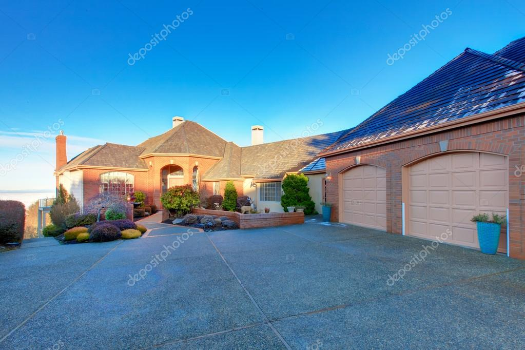 Luxury Brick House U2014 Stock Photo