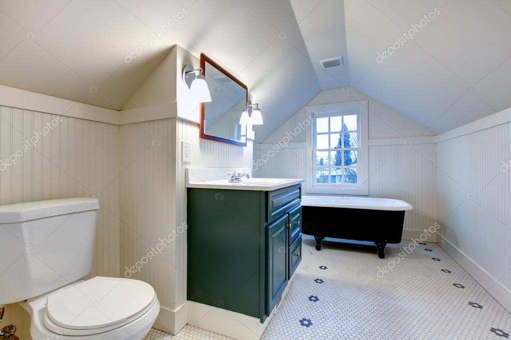 witte badkamer met antieke stijl Bad buis vernieuwen — Stockfoto ...