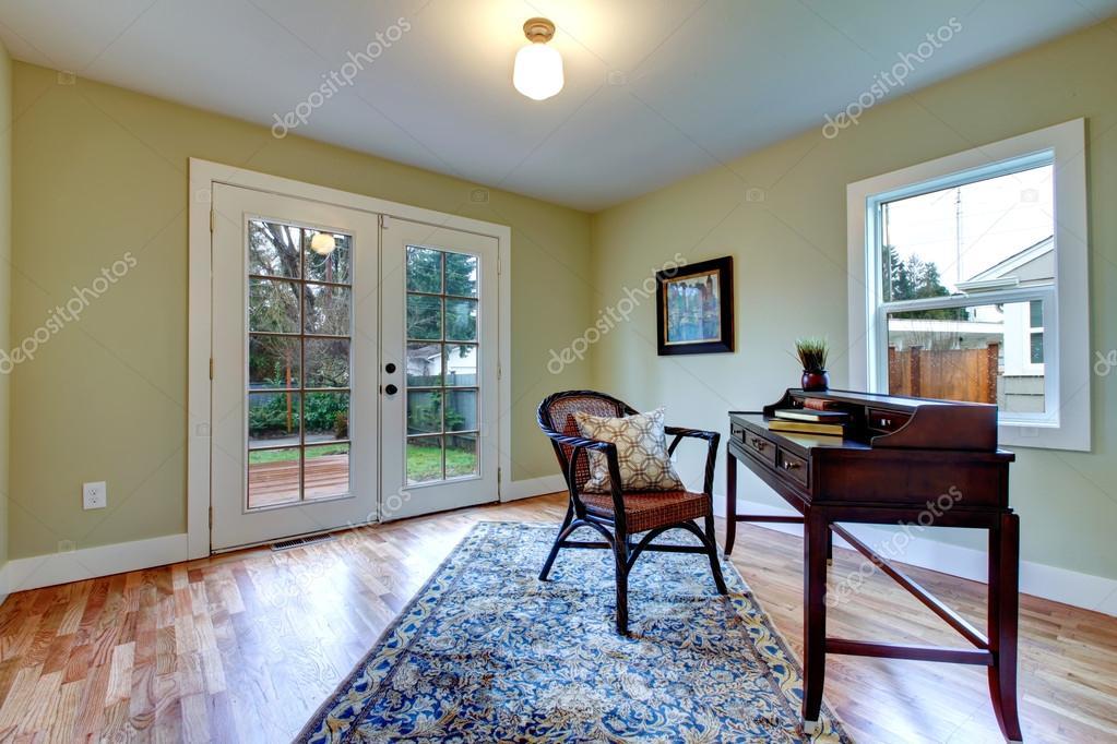 klassiska vardagsrum med antika skrivbord — Stockfotografi ...