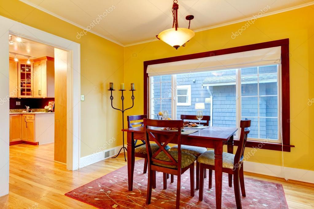 Pareti Bordeaux E Beige : Luminoso giallo e bordeaux accogliente zona pranzo u foto stock