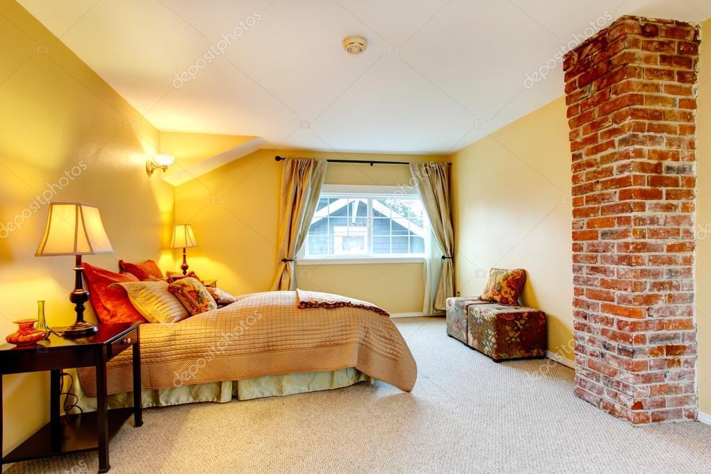 gele heldere slaapkamer met baksteen colomn — Stockfoto © iriana88w ...