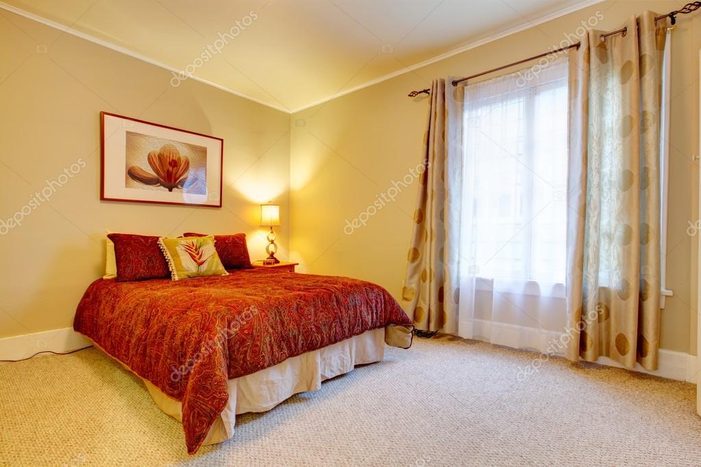charmante chambre avec belle literie rouge — Photographie iriana88w ...