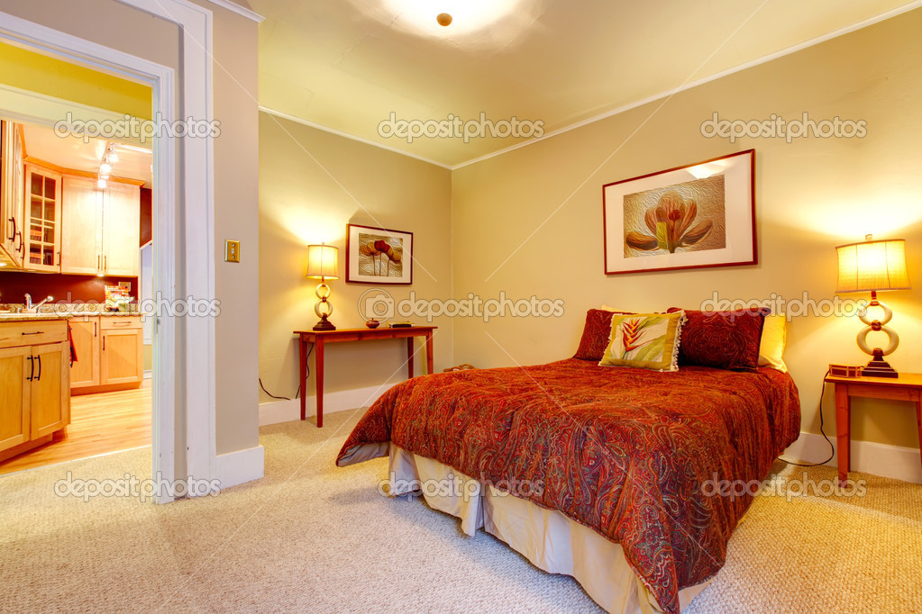 encantadora habitación con cama rojo hermoso — Fotos de Stock ...