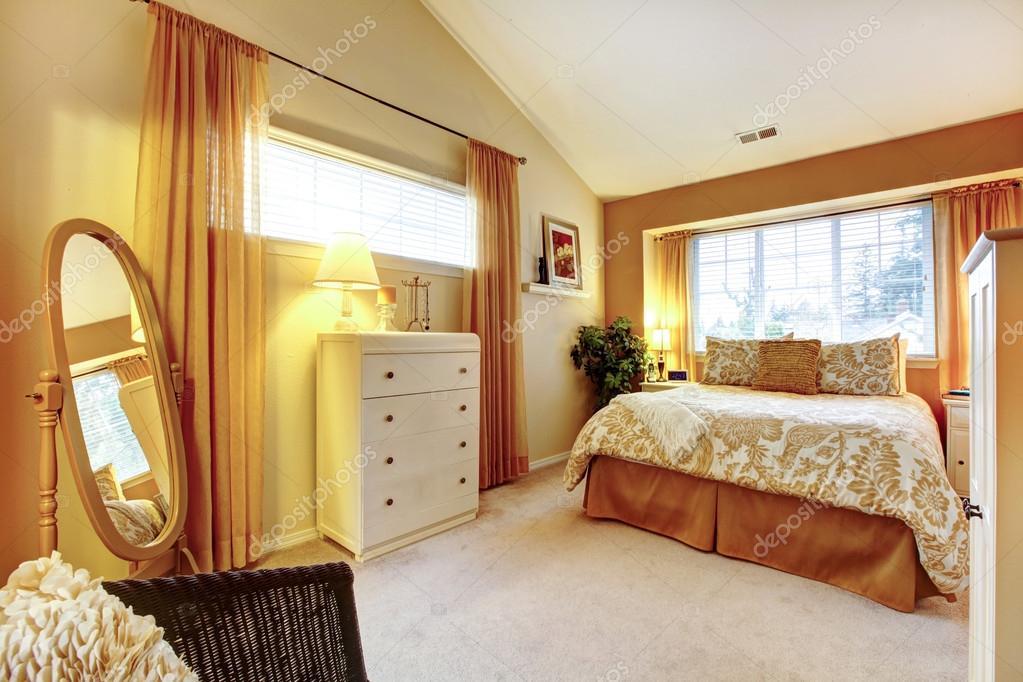 Genle warme kleuren slaapkamer u stockfoto iriana w