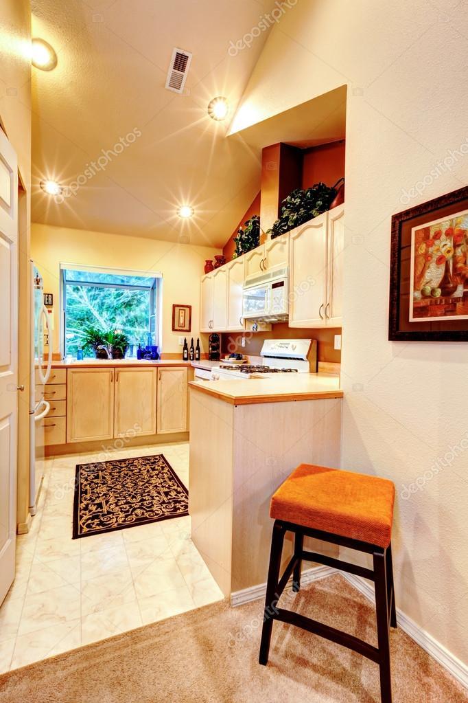 gabinetes de cocina de color amarillo brillante Cocina De Brillantes Tonos Clidos Fotos De Stock