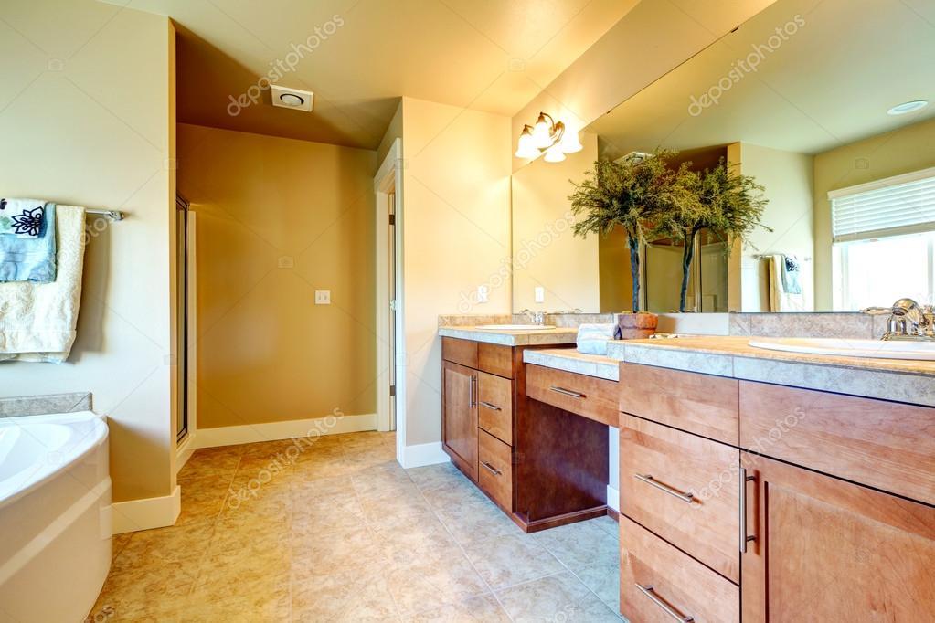 Zachte kleuren gezellige badkamer met decoratieve boom u stockfoto