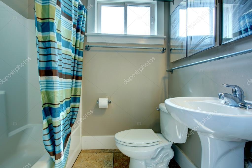 Gezellige badkamer met gestreepte gordijnen u2014 stockfoto © iriana88w