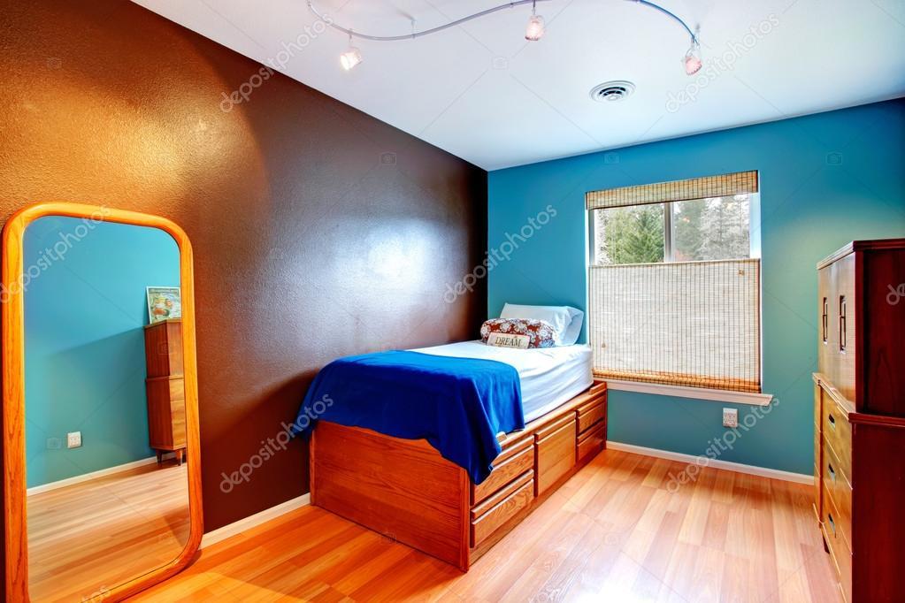 Contrast kleuren kleine slaapkamer u stockfoto iriana w