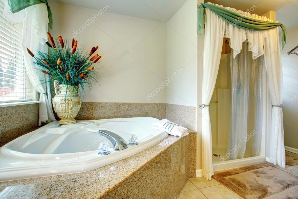 Helle, Schöne Badezimmer Mit Betonboden, Offene Dusche, Whirlpool.  Dekoriert Mit Antiken Vase Und Trockenen Dekorative Segge U2014 Foto Von  Iriana88w