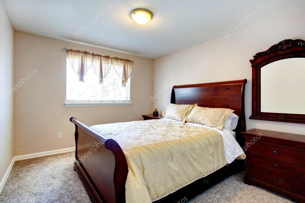 luminosas habitaciones con muebles de madera de cerezo — Foto de ...